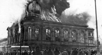 Image of The burning of the Boemestrasse Synagogue in Frankfurt, Germany, November 10, 1938.